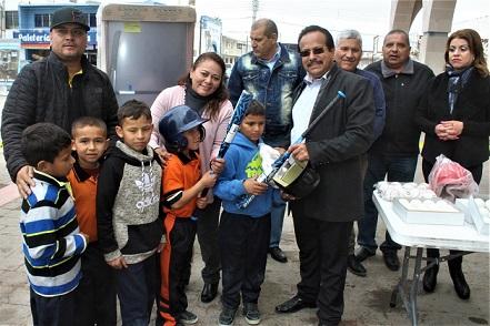 Entrega Alcalde material deportivo en beneficio beisbolistas infantiles