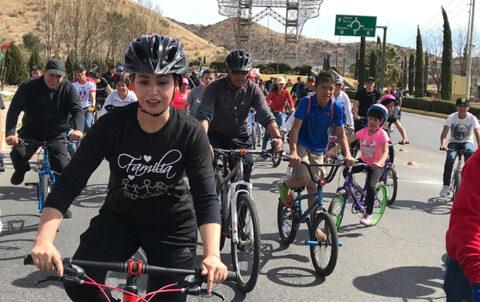 Decenas participan en bicicleteada por el día de la familia