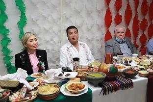 Felicita Alcalde a participantes de la exposición «Mi Sazón 2020»