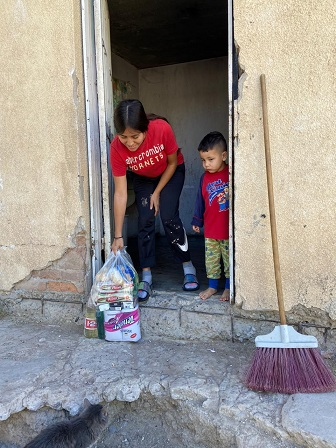 Reparten despensas a familias de escasos recursos durante la pandemia: AER